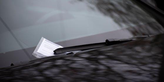 Bei einem falsch abgestellten Fahrzeug wurde ein Strafzettel unter das Scheibenwischerblatt geklemmt