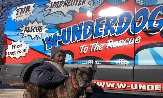"""Keith Walker (mit seinem Hund """"Bravo"""") wurde zum obdachlosen Helden."""