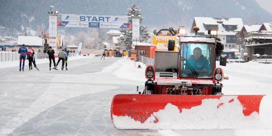 Eine Zugmaschine zum Schneeräumen am Weißensee