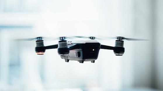 In einer Ikea-Filiale in der Schweiz fliegen Drohnen durch das Lager und scannen die Produkte.