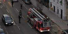 Fassadenteile fielen auf Gehsteig, Feuerwehr rückte aus