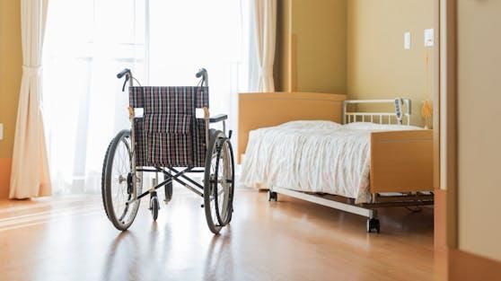 43 Bewohner und 20 Mitarbeiter in dem Seniorenwohnhaus wurden bisher positiv getestet (Symbolbild).