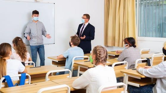 Schulen seien nicht sicherer als andere Bereiche in unserer Gesellschaft, warnt der österreichische Mikrobiologe Michael Wagner.