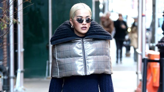 Selbst Stars wie Rita Ora haben mittlerweile die Vorzüge wärmender Materialien erkannt.