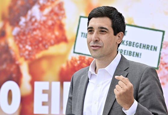 """Initiator Sebastian Bohrn Mena anlässlich der Präsentation des Verein Tierschutzvolksbegehren """"Wir wollen wissen, was wir essen""""."""