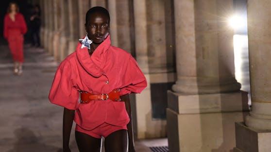 Viel Volumen vs. die kürzesten Höschen und Röcke, die wir je gesehen haben - das Modejahr 2021 wird spannend.
