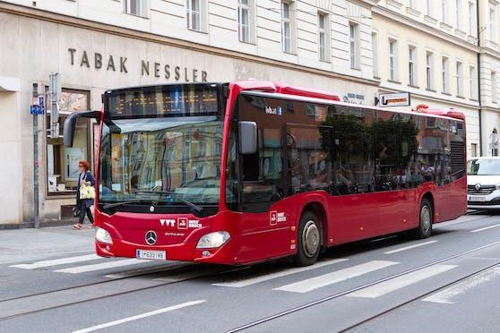 In Innsbruck musste ein Lenker (61) abrupt abbremsen, weil ein Radfahrer die Fahrbahn querte. Archivbild