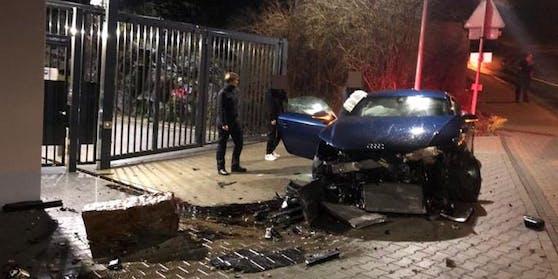 Der junge Fahrer schrottete seinen Audi genau vor einer Polizeinspektion.