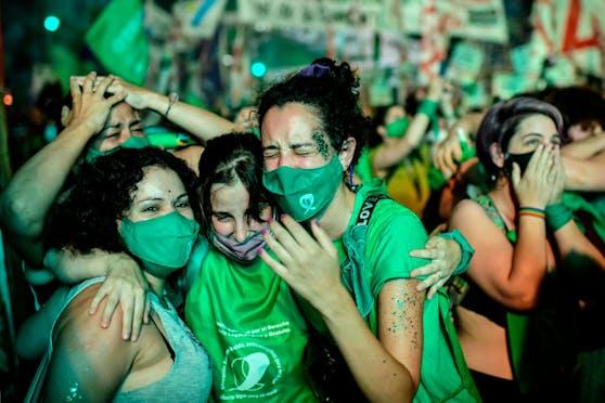 Nach jahrelangen Protesten hat Argentinien als erstes großes Land Lateinamerikas ein Gesetz zur Legalisierung von Abtreibungen erlassen.