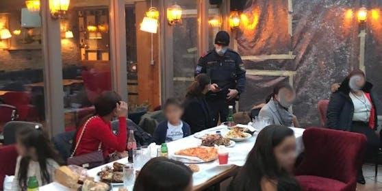 Die Polizei löste die Mega-Feier sofort auf; die Pizza musste am Tisch zurückgelassen werden.