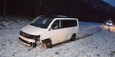 Seat Ibiza und VW-Kleinbus kollidieren im Schnee