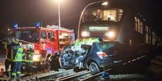 Zug kollidiert mit Auto: Lenkerin (55) tot
