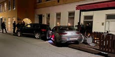 Mercedes-Lenker kracht in Schanigarten von Balkan-Lokal