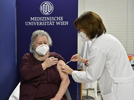 """Vor allem ältere Personen sind durch die Corona-Impfung """"besonders"""" geschützt."""