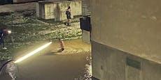 Teenies schwimmen bei Rohrbruch in Schlamm-Lacken