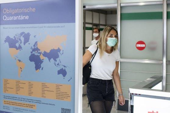 Ein Plakat weist bei der Ankunft am Flughafen Zürich auf die obligatorische Quarantäne bei der Einreise aus bestimmten Ländern hin. Archivbild, August 2020