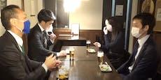 Japaner sollen sogar beim Essen (!) Maske tragen
