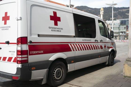 Das Rote Kreuz brachte den Mann mit thermischen Verletzungen und einem totalen Sehverlust ins Landeskrankenhaus Graz. (Symbolbild)