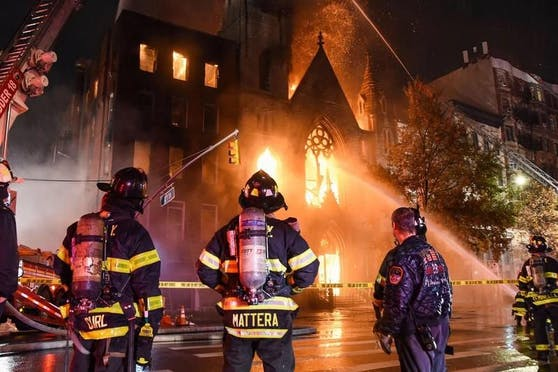Die Feuerwehrleute brauchten mehr als drei Stunden, um die Flamme unter Kontrolle zu bringen.