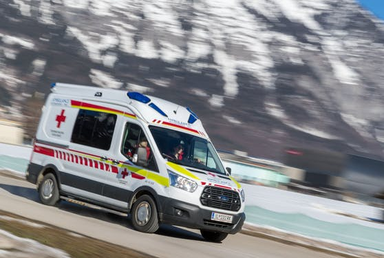 Das Rote Kreuz musste den Lenker ins Krankenhaus bringen. (Symbolbild)