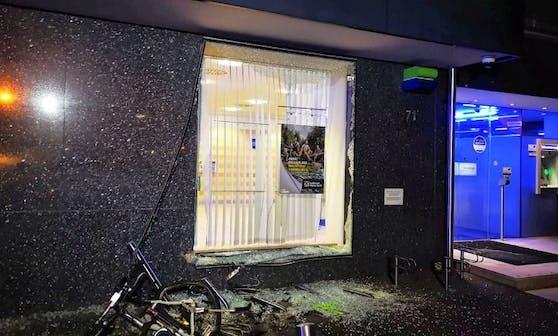 In Traun fuhr ein 29-jähriger Alkolenker seinen Pkw in die Auslagenscheibe einer Bank.