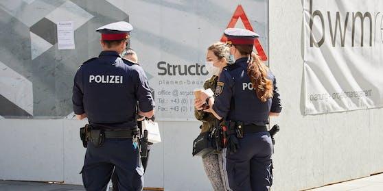 Wie schon im Sommer wird die Polizei die Einhaltung der Regeln streng kontrollieren, wie hier im April in der Wiener Kärntner Straße.