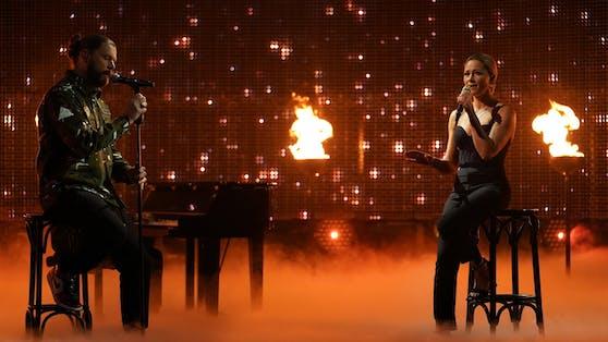"""Zusammen mit Rea Garvey (li.) sang Helene Fischer im RTL-Jahresrückblick """"2020! Menschen, Bilder, Emotionen"""" ein bewegendes Duett."""