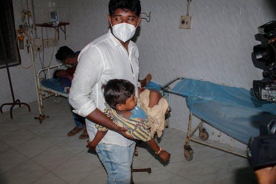 Über 400 Personen wurden übers Wochenende im indischen Bundesstaat Andhra Pradesh mit einer unbekannten Krankheit in Spitäler eingeliefert.