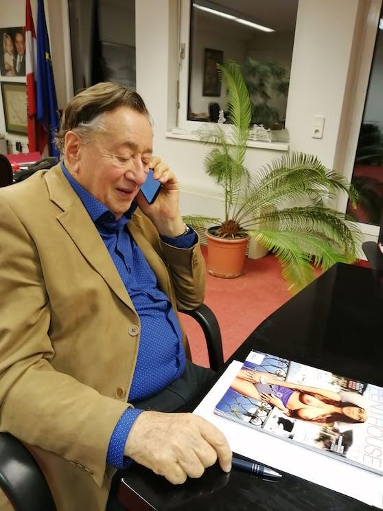 Richard Lugner hat seine Lieblingslektüre gefunden.