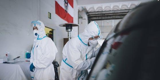 Ein Corona-Test in der Wallner Kaserne in Saalfelden (Sbg.)