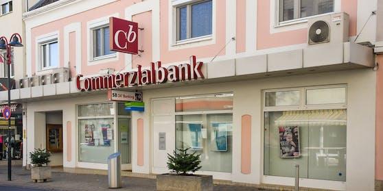 Das Inventar der Cb-Zentrale in Mattersburg, unter anderem mit der Büroausstattung des langjährigen Bankchefs Martin Pucher, wird erstEnde Jänner 2021 versteigert. Derzeit ist die Filiale aufgrund der laufenden Ermittlungen noch nicht zugänglich.