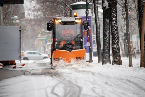Schneefall und Kälte sorgen in Wien für weiße Straßen: Ein Räumfahrzeug der MA 48 räumt Schnee vom Gehsteig (3.12.2020)