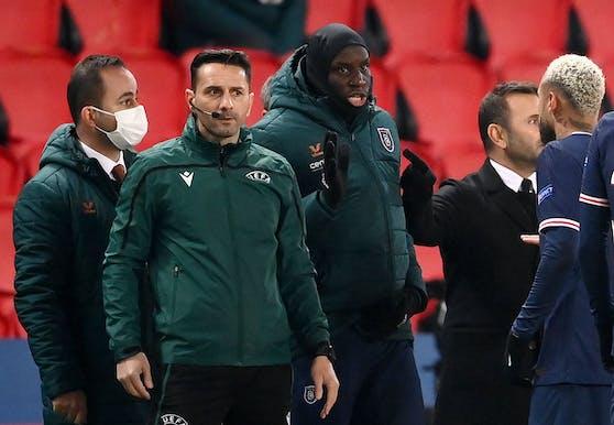Der vierte Offizielle, Sebastian Colţescu, steht in der Kritik. Demba Ba und Neymar Jr. stellten ihn nach seiner Aussage zur Rede.