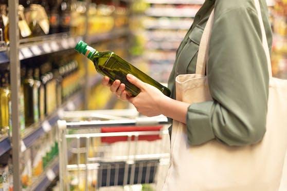 Gesund und beliebt: Das Olivenöl. Leider macht uns das Sterben vieler hundert Singvögel wieder ein Lebensmittel madig.
