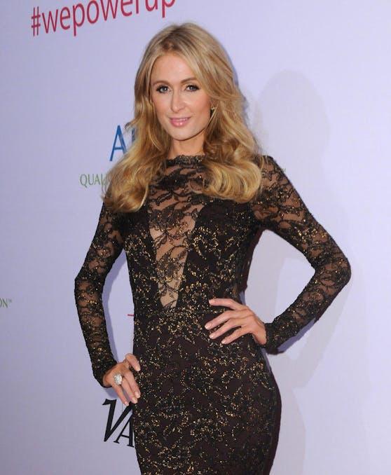 Hot Bitch: Paris Hilton zeigt sich nackt & gefesselt