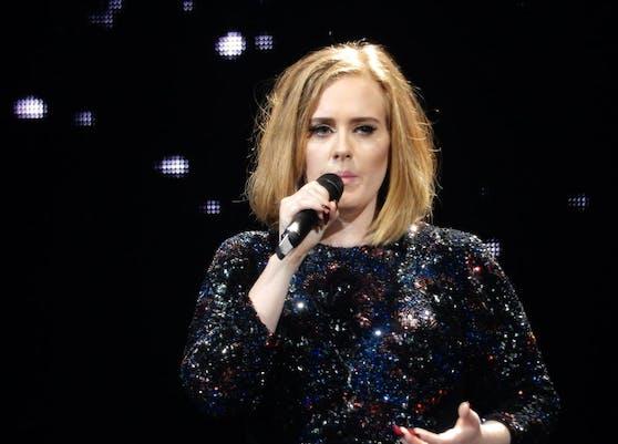 """Für Fans der britischen Sängerin Adele heißt es nach wie vor """"bitte warten"""": Der Release ihres neuen Album ist auf unbestimmte Zeit verschoben worden."""