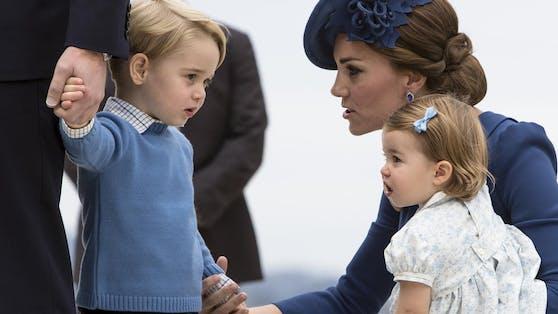 Mama Kate mit Prinz George und einem Schwesterchen Catherine .
