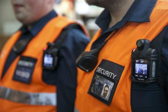 """De Zeit habe gezeigt, dass neben der Videoüberwachung an Bahnhöfen und in den Zügen - wo es in Summe etwa 13.500 Kameras gibt - vor allem der """"Einsatz von Bodycams deeskalierend wirkt""""."""