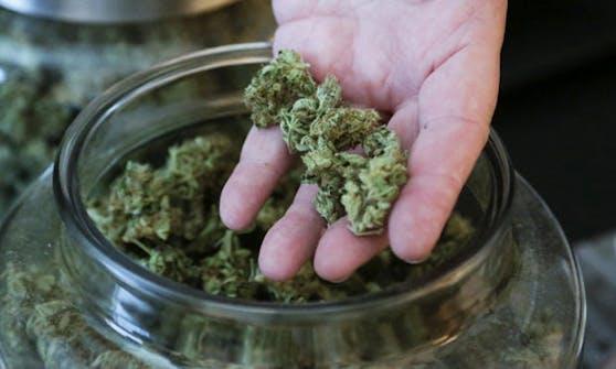 Der Beschuldigte soll die Drogen auch einem 13- und einem 14-Jährigen verkauft haben.