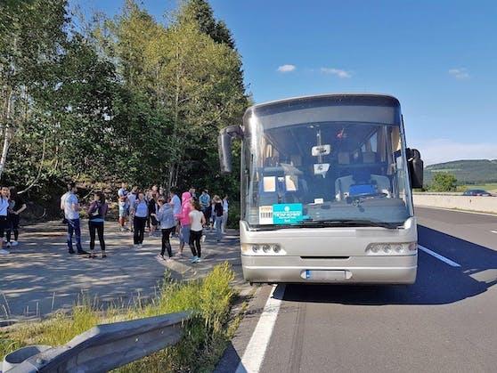 Ein Reisebus kann nicht weiterfahren. Symbolbild.