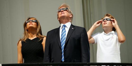 Barron, Melania und Donald Trump beim Beobachten der Sonnenfinsternis am Balkon des Weißen Hauses.