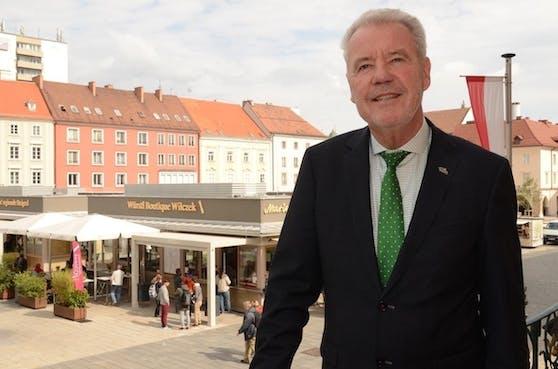 Ortschef Klaus Schneeberger am Rathaus-Balkon, dahinter der Hauptplatz mit Marienmarkt.