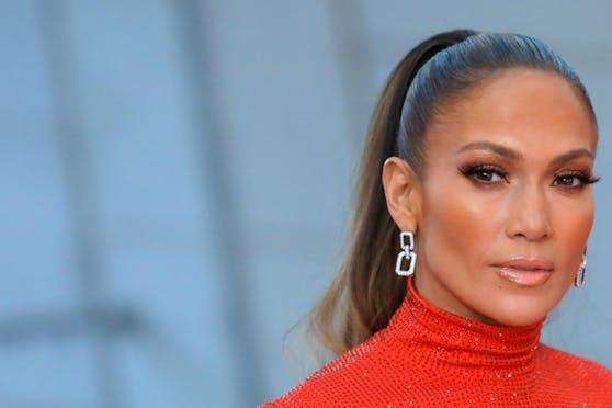 Jennifer Lopez behauptet ihr Beauty-Geheimnis wäre Olivenöl. Dermatologen sehen das anders.