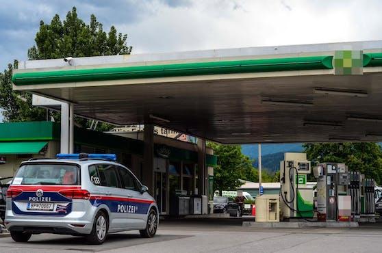 Polizeiauto vor einer Tankstelle. Symbobild