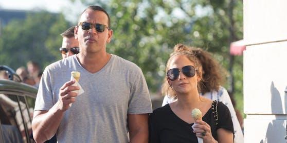Von Trennung keine Spur: Jennifer Lopez und Alex Rodriguez genießen ihr Eis.