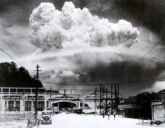 """Am 6. August warf der US-Bomber """"Enola Gay"""" die Atombombe mit dem grausam sarkastischen Namen """"Little Boy"""" über Hiroshima ab."""