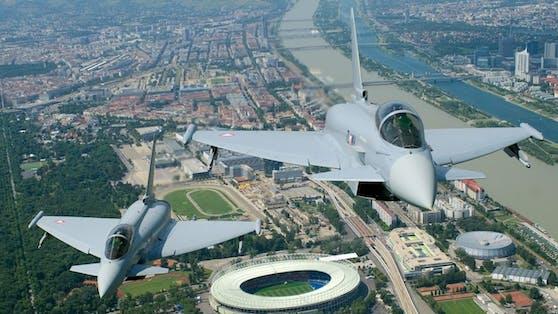 Seit 2007 ersetzt der Eurofighter Typhoon in Österreich den Saab J35Ö Draken, der seit den 1980ern im Einsatz war.