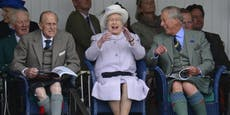 Queen eröffnet in ihrem Schlossgarten ein Autokino