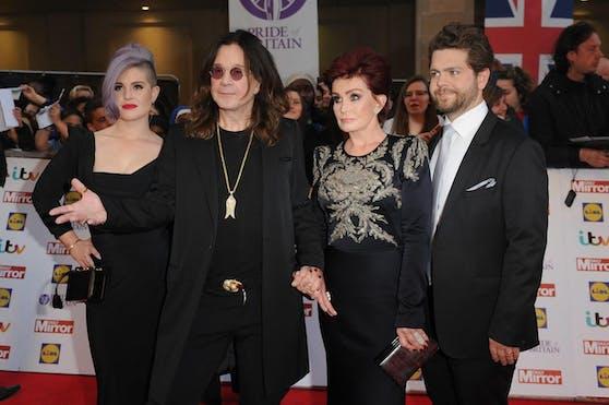 Ozzy Osbourne (2.v.l.) mit seiner Frau Sharon und den Kindern Kelly (li.) und Jack (re.). Eine neue Dokumentation enthüllt, welche schrecklichen Ereignisse sich wegen Ozzys Drogenvergangenheit in der Familie abspielten.
