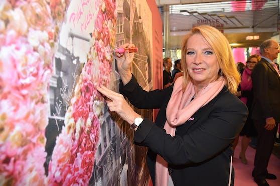 Doris Bures verewigt sich auf der Pink Ribbon Jubiläumswand